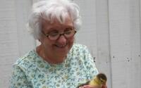 Češi pomáhají osamělým seniorům před koronavirem. Nakupují jim jídlo, zařizují léky, venčí jejich mazlíčky