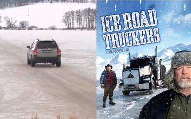 Češi riskují své životy a auty jezdí přes zamrzlé Lipno. Lidé si z nich utahují díky slavnému seriálu