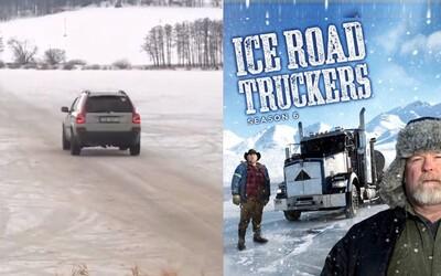 Česi riskujú svoje životy a autami prechádzajú cez zamrznutú vodnú nádrž. Ľudia si z nich uťahujú vďaka slávnej šou