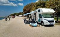 Češi se s tím nepárali a zaparkovali karavan přímo na rušné promenádě v Chorvatsku. Místní se bouří, internet se baví, policie je bezmocná