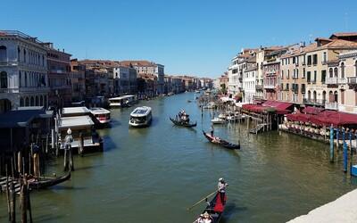 Češi se v Benátkách svlékli do naha a skočili do jednoho z kanálů. Platili pokutu přes 150 tisíc korun