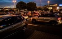 Češi vzali v předvečer lockdownu obchody útokem. Doprava u nákupních center kolabovala