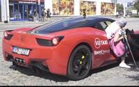 Česi zostali zaskočení, keď si objednali taxík a namiesto Fabie ich vyzdvihlo Ferrari. Vydarená kampaň potešila zákazníkov v Olomouci