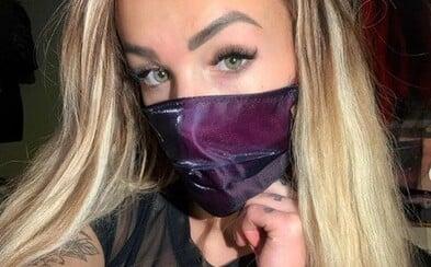 Česká pornoherečka Daisy Lee predáva rúška za 11 €. Obrovský hyenizmus, reagujú ľudia