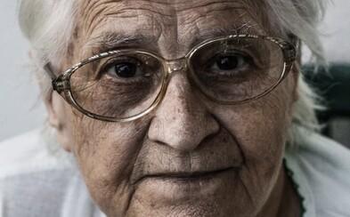 Česká seniorka dala podvodníkovi půl milionu. Uvěřila, že jí volá její syn
