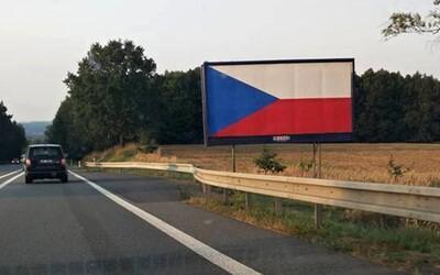 Česká vlajka zaplavila billboardy u dálnic. Provozovatel se tak chce údajně bránit novému zákonu, státní symbol se totiž nesmí odstraňovat