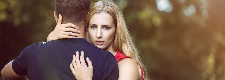 České ženy lžou nejčastěji o nákupech, muži zase o výši platu. Nový průzkum ukazuje, o čem si Češi nejraději vymýšlí