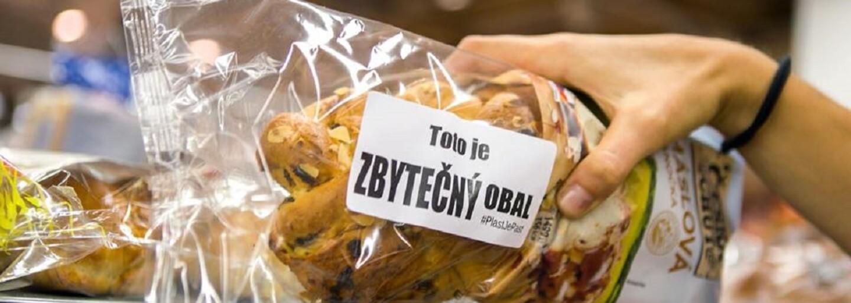 Čeští aktivisté lepí na výrobky zabalené v plastu trefné nálepky
