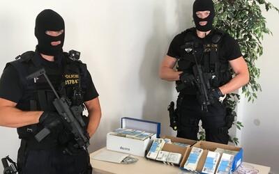 Českí policajti našli cudzincovi v gauči 21 miliónov korún