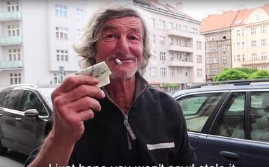 Českí youtuberi dali bezdomovcovi takmer 800 €. Starček bez domova nechcel veriť vlastným očiam
