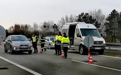 Česko bojuje s koronavirem. Začaly namátkové kontroly na hranicích, ministerstvo zakáže návštěvy v nemocnicích