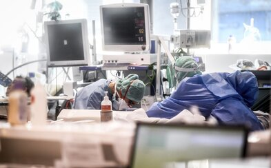 Česko hlásí 1165 případů nákazy koronavirem. V noci přiletěl další milion roušek