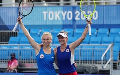 Česko má další zlato! Tenistky Krejčíková a Siniaková porazily ve finále Švýcarky 2:0 na sety