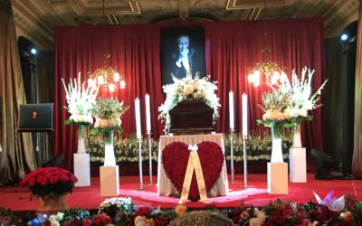 Česko smúti: Pamiatke Karla Gotta sa do Prahy prišli pokloniť desaťtisíce ľudí (Fotoreport)