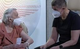 Česko začalo očkovat proti koronaviru. Jako první dostal vakcínu Babiš