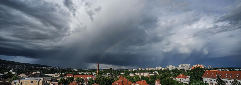 Česko zasáhnou silné bouřky s přívalovým deštěm a krupobitím, varují meteorologové