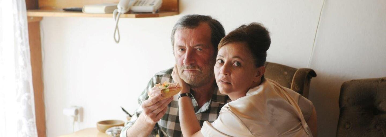Československá Domácí péče má ambície získať Oscara. Zaujme však aj bežného diváka? (Recenzia)