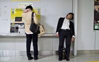 Český fotograf zachytil extrémne ťažký život japonských biznismenov. Cez deň sú otrokmi korporátov, v noci spia opití na ulici