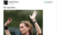 Český futbalový reprezentant po chybnom verdikte rozhodkyne napísal na Twitteri, aby išla radšej do kuchyne. Teraz musí trénovať so ženami