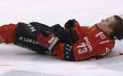 Český hokejista poslal mladou finskou hvězdu k ledu. Protivníkovi uletěla helma a tekla mu krev z hlavy