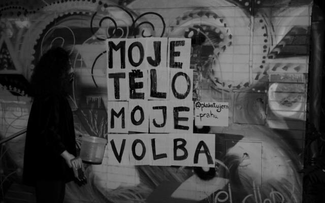 Češky jsou obtěžovány skoro každý den. Ročně jich je znásilněno 7 tisíc, říkají aktivistky z Plakátujem Prahu (Rozhovor)