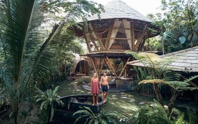 Český pár postavil na Bali bambusové domy, ktoré navštevujú ľudia z celého sveta (Rozhovor)