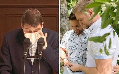 Český poslanec sa pri rokovaní o uzákonení manželstiev rovnakého pohlavia rozplakal