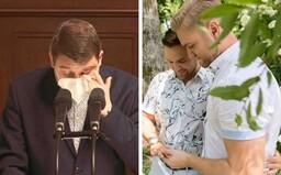 Český poslanec sa pri rokovaní o uzákonenie manželstiev rovnakého pohlavia rozplakal