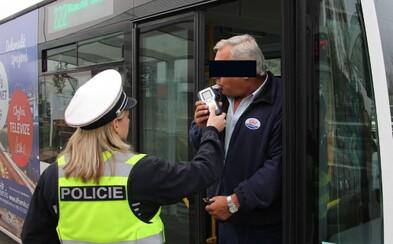 Český řidič si dal 7 piv, 6 vodek a ráno šel řídit autobus. Nachytali ho při policejní akci