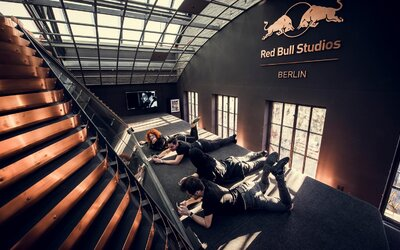 Čeští, ale světoví: Mydy Rabycad vypouští do světa singl a videoklip I Don't Care, natočený v berlínských Red Bull Studios