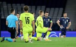 """Čeští fotbalisté poklekli ve Skotsku v gestu solidarity s BLM. """"Podporují rasismus proti bělochům?"""" ptá se Klaus mladší"""