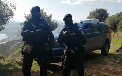 Čeští policisté rozjíždí na videu taneček proti koronaviru. Až to skončí, dáme to všichni, slibují