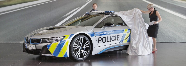 Čeští policisté si převzali nový supersport BMW i8. První nabourali 20 dní od půjčení, druhý mají opět na půl roku zdarma