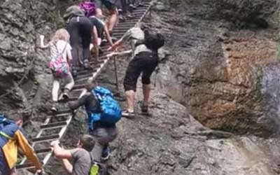 Čeští turisté nebezpečně předbíhali lezce na žebřících. V Slovenském ráji téměř přišli k úrazu
