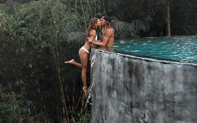 Cestovateľ na Instagrame čelí kritike. Prečo na fotkách riskuje iba jeho dievča?