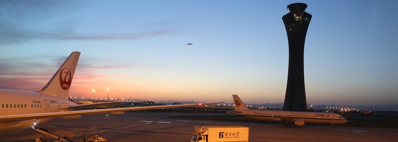 Cestujúci sa radšej poskladali na opravu poľského lietadla po tom, čo pokazený stroj na 10 hodín uviazol v Číne