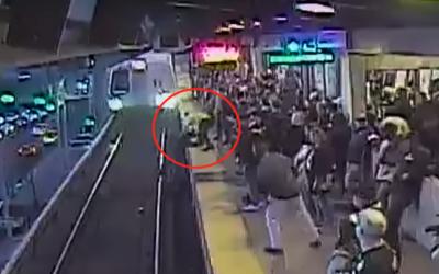 Cestujúci unikol smrti o milimeter. Video zachytáva, ako pracovník metra zachránil muža, ktorý spadol na koľajnice