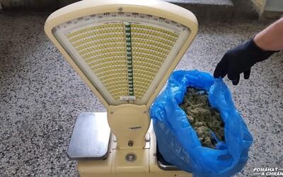 Cez 500 gramov marihuany ukrýval priamo na policajnej akadémii v Bratislave. Zamestnanec z domu predával aj halucinogénne huby