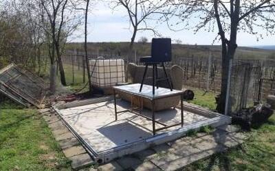 Zloděj na Břeclavsku ukradl celý zahradní domek. Majiteli zůstal jen nábytek a betonový základ.
