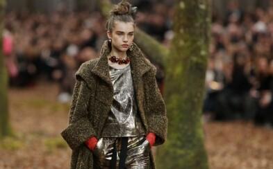Chanel má za sebou okázalú šou. Modelky sa predviedli v čarovnom lesnom prostredí