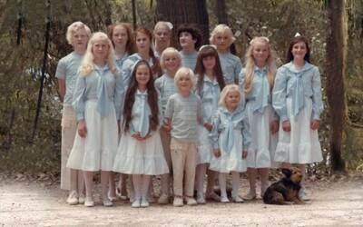 Charizmatická vodkyňa protiprávne získavala deti a pomocou LSD z nich vychovávala generáciu postapokalyptických vodcov