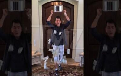 Charlie Sheen nahradil ľad dolármi a splnil Ice Bucket Challenge