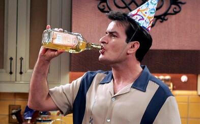 Charlie Sheen oslávil prvý rok bez alkoholu. Slávny herec sa snaží polepšiť