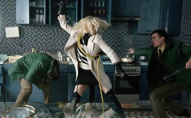 Charlize Theron rozdává rány nepřátelům a užívá si lesbického sexu se Sofií Boutellou v akčním filmu Atomic Blonde (Recenze)