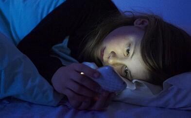 Chatovanie pri zhasnutom svetle negatívne ovplyvňuje tvoje známky. Výskum chce mladým ukázať, že spánok je dôležitý