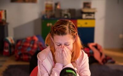 Chcel odo mňa panenský moč, keď som mala 12. Aké taktiky používajú sexuálni predátori na deti v online svete?