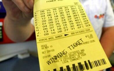 Chtěl si koupit lístek do loterie, ale předběhl ho drzý chlapík. Díky tomu nakonec vyhrál přes 17,5 milionu korun