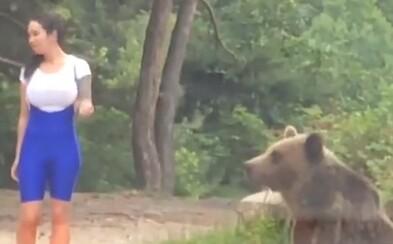 Chcela mať fotku s medveďom, ten po nej hneď vyštartoval. Video z TikToku ukazuje, že ľudská hlúposť nepozná hraníc