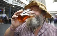 Chceš zajít v Británii na točené pivo? Musíš se nahlásit v aplikaci