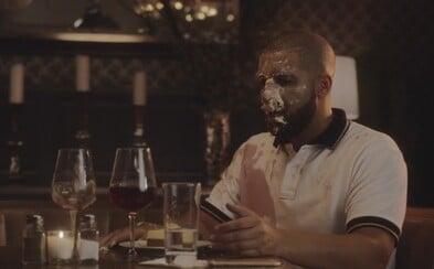 Cheesecake aj víno skončili na Drakeovej tvári vo videoklipe Childs Play